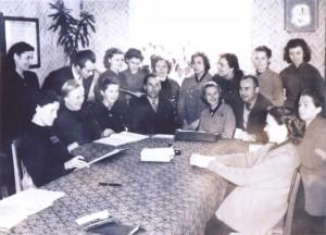 13 Šetos pedagogai mokytoju kambaryje 1952