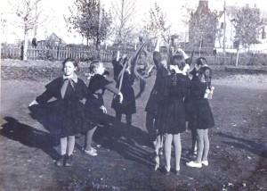 14 Mokyklos kieme 1965 2